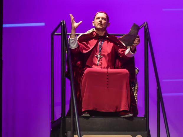 Zaskakuje ekscentryczny, ujmująco żałosny kardynał Richelieu w wykonaniu Dariusza Szymaniaka.