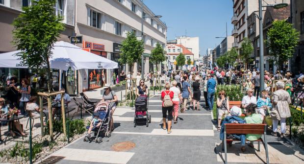 Woonerf na Abrahama w Gdyni sprawił, że ulica zapełniła się ludźmi.
