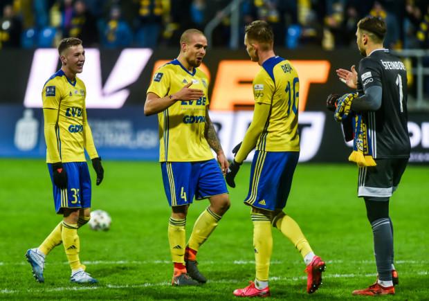 Douglas Bergqvist (drugi od lewej) zadebiutował w meczu z Rakowem Częstochowa. Szwedzki obrońca wcześniej grał w Anglii i Skandynawii. Transfer do Arki Gdynia traktuje jako wyzwanie.