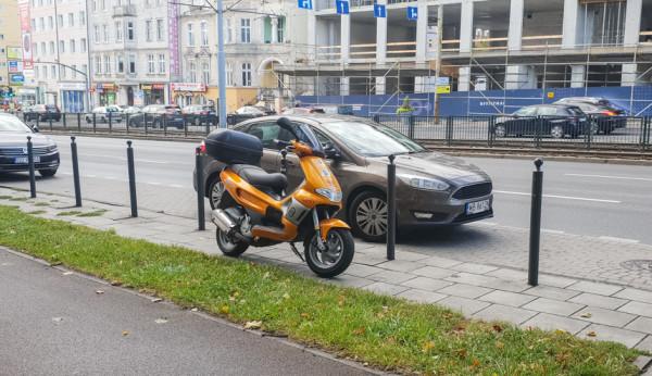 Popularny sposób parkowania niewielkich i lżejszych jednośladów w SPP.
