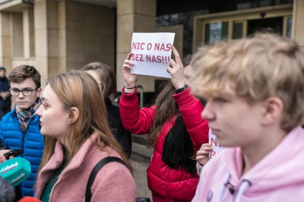 """""""Nic o nas bez nas"""" - takim hasłem uczniowie sympatyzujący ze stowarzyszeniem Wszystko dla Gdańska i aktywiści Młodej Zarazy zwracali uwagę na problem związany z brakiem zgody rodziców na organizację warsztatów Zdrovve Love."""