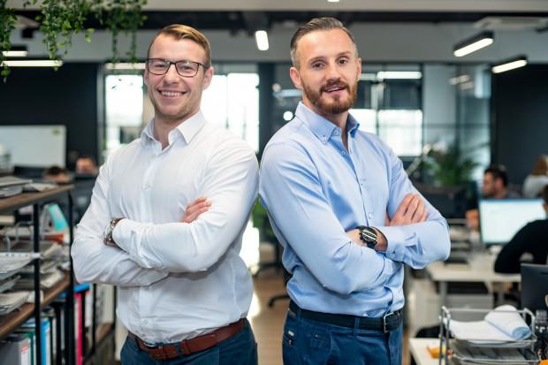 """On miał firmę, ja miałem pomysł, postanowiliśmy połączyć siły. Usiedliśmy w kawiarni w Sopocie, pogadaliśmy, jak to się mówi - """"przybiliśmy piątkę"""" i ruszyliśmy do pracy - mówi Piotr  Ostromęcki (z lewej), który prowadzi firmę z Łukaszem Perkowskim."""