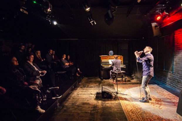Na scenie Teatru BOTO Jachimek ma wsparcie w osobie pianisty Jana Feichera, który obserwuje go w lusterku - dzięki temu mogą zachować kontakt wzrokowy, chociaż pianista zwrócony jest plecami do bohatera wieczoru.