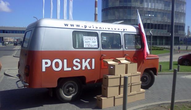 Przedstawiciele i sympatycy Komitetu zbierali podpisy na imprezach masowych i na ulicach miast. Pomagał im w tym samochód propagandowy - Nysa rocznik 1986.