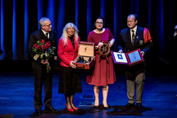 """Joanna Pajkowska na jachcie """"Fanfan"""" opłynęła świat w samotnym rejsie. Otrzymała za to nagrodę ministra gospodarki morskiej i żeglugi śródlądowej oraz Srebrny Sekstant."""