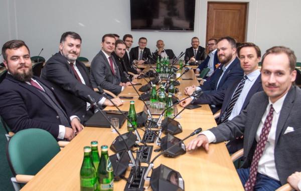 Michał Urbaniak i Artur Dziambor (na zdjęciu pierwsi od lewej strony) to trójmiejscy posłowie Konfederacji, którzy kierują Parlamentarnym Zespołem ds. Kultury Posiadania Broni.