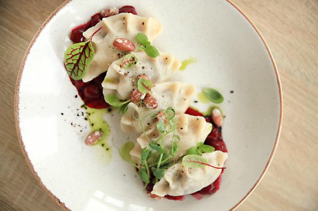 """W najnowszym odcinku kulinarnego cyklu """"Jemy na mieście"""" odwiedzam sopocką restaurację Modern Food&Wine. Na zdjęciu: pierogi z gęsiną, kiszoną kapustą, wiśniami i migdałami."""