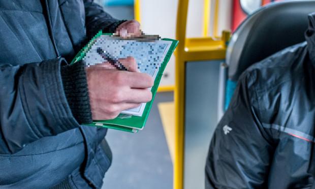 Choć kontrolerzy biletów są narażeni na kontakt z chorymi pasażerami, będą nadal sprawdzali ważność biletów we wszystkich pojazdach.