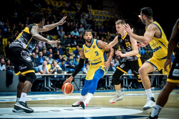 Koszykarzy Asseco Arki Gdynia (żółte stroje) i Trefla Sopot (czarne stroje) czeka przerwa od grania do 25 marca. Obie ekipy opuszczą w tym czasie po trzy mecze.