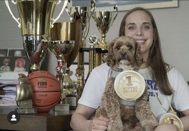 Marissa Kastanek, koszykarka Arki Gdynia nie miała okazji świętować mistrzostwa Polski na parkiecie, gdyż rozgrywki zakończono przed czasem. Koszykarki na razie same sprawiły sobie symboliczne medale.