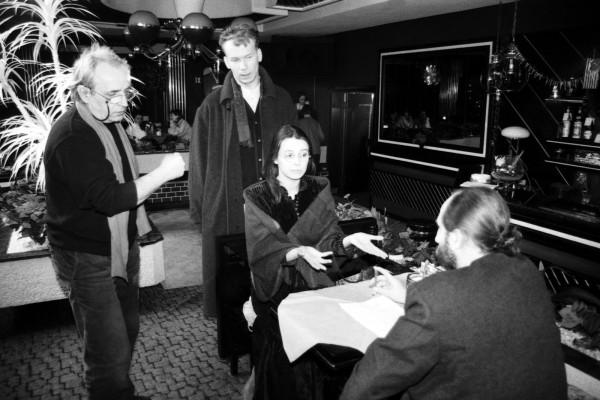 """Plan filmowy serialu """"Radio Romans"""" nagrywany w nocnym klubie Romantica na Zaspie. Scena z odziałem aktorów Renaty Dancewicz, Mirosława Baki i Igora Michalskiego, 23 stycznia 1995."""