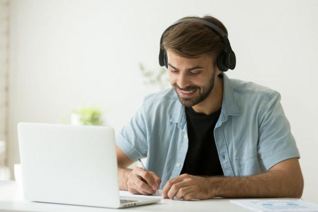 Szeroka oferta szkoleń językowych online pozwala na naukę dowolnego języka obcego bez wychodzenia z domu.