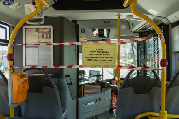 Obawa przed koronawirusem sprawiła, że z komunikacji miejskiej korzysta tylko 30 proc. pasażerów. A kierowcy zabezpieczają się przed kontaktem z nimi.