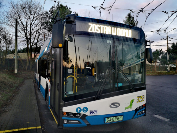 Gdyński trolejbus z prostym przekazem do wszystkich pasażerów. W czasie kwarantanny najlepiej zostać w domu.