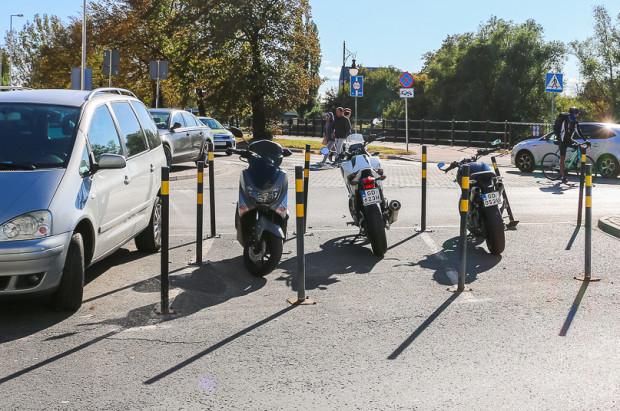 Motocyklami można parkować także pomiędzy słupkami, o ile nie są łamane inne przepisy prawa o ruchu drogowym.