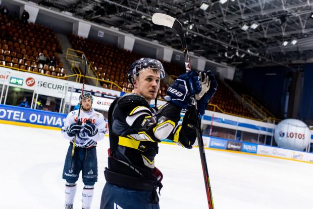 Hokeiści Lotosu PKH Gdańsk zdążyli rozegrać wszystkie mecze zanim zawieszono hokejowe rozgrywki. Szymon Marzec (na zdjęciu) nie łudzi się jednak, że ekonomiczne skutki pandemii koronawirusa ominą jego dyscyplinę.