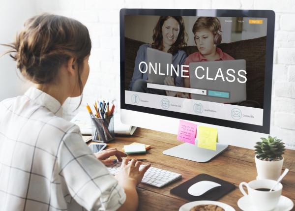 Kursy języka online z lektorem pozwalają na naukę dopasowaną do indywidualnych potrzeb.