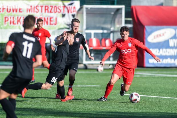 Drużyny z Sopotu dobrze prezentowały się jesienią. Piłkarze SAP (czerwone stroje) są na 3. miejscu w V lidze, natomiast Kamionka Sopot (czarne stroje) lokuje się na 2. pozycji w A klasie.