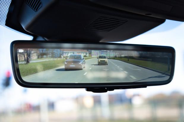 Lusterko wsteczne Clear Sight z ekranem, który na żywo wyświetla to, co dzieje się za autem.