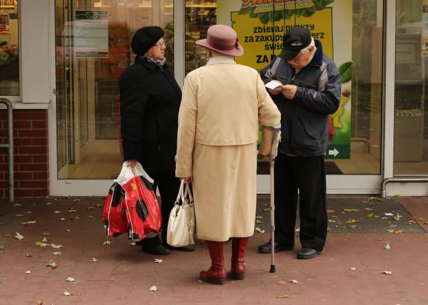Seniorów trudno przekonać do poddania się samokwarantannie. Wielu nie zamierza rezygnować z codziennych zakupów czy aktywności na świeżym powietrzu, mimo świadomości ryzyka zakażenia koronawirusem.