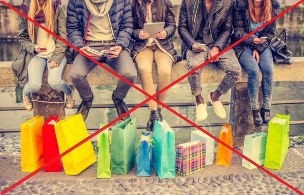 """""""Okazuje się, że chociaż w normalnych warunkach ludzie bezmyślnie kupują rzeczy dla przyjemności, to w sytuacji granicznej ich potrzeby rozkładają się zupełnie inaczej"""" mówi dr hab. Anna Zawadzka, prof. UG."""