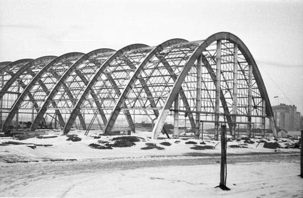 Budowa Miejskiej Hali Targowej, stalowa konstrukcja hali warzywnej, fot. Wacław Schulz, 1937 (ze zbiorów Muzeum Miasta Gdyni)