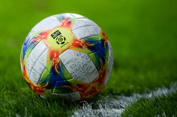 Na wniosek klubów, Ekstraklasa SA wyraziła zgodę aby obniżyć piłkarzom pensje o połowę, ale do kwot nie niższych niż 10 tys. zł.