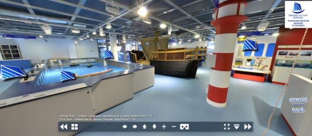 """Można odbyć również wirtualny spacer po każdej z placówek Narodowego Muzeum Morskiego. Na zdjęciu spacer po wystawie interaktywnej """"Ludzie Statki Porty"""" w Ośrodku Kultury Morskiej."""
