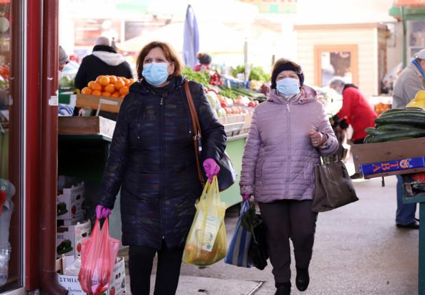 Epidemia koronawirusa sprawiła, że coraz częściej możemy natknąć się na tai widok, wychodząc np. po zakupy.
