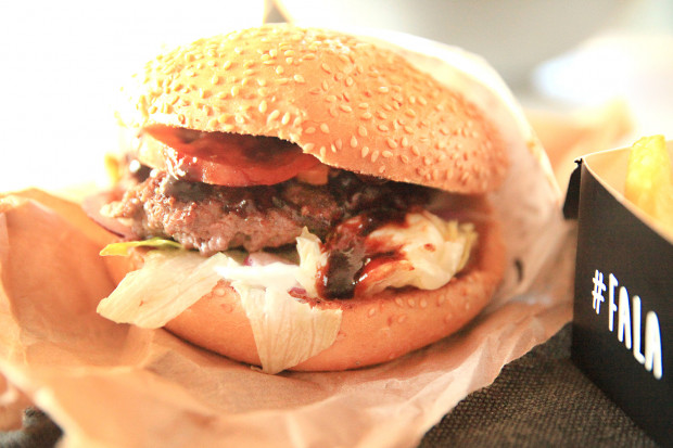 Burger karmel od SurfBurgera.