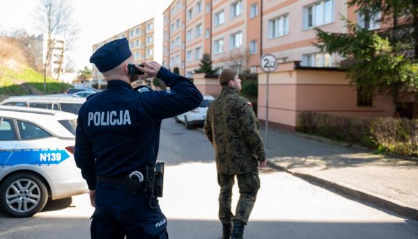 """Policjanci kontrolują osoby objęte kwarantanną - robią to jednak """"zdalnie"""", bez bezpośredniego kontaktu."""