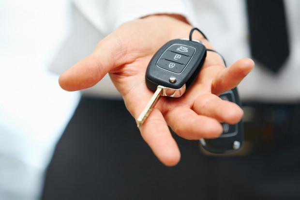Korzystając z usługi door-to-door, klient nie musi wychodzić z domu. Wystarczy, że przekaże kluczyki do auta pracownikowi salonu albo warsztatu.