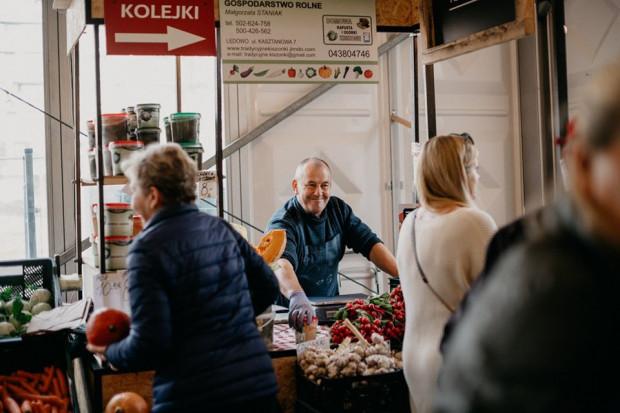 Tłumy na Gdańskim Bazarze Natury to na razie przeszłość, choćby ze względu na obowiązkowe środki ochrony klientów. Bazar jednak wciąż działa na pełnych obrotach i oferuje produkty od lokalnych dostawców. Poleca też zamówienia online z dostawą do domu.