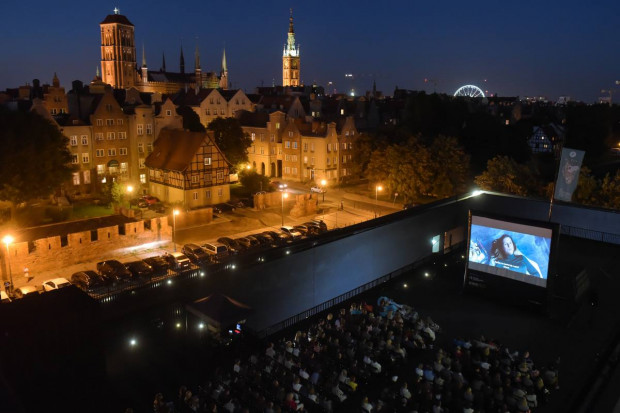 Stowarzyszenie Hamulec Bezpieczeństwa pozyskało dofinansowanie na trzy projekty filmowe w Gdańsku - Festiwal Cinematika - Film i Muzyka, Kino Ołowianka oraz Kino na Szekspirowskim (na zdjęciu).