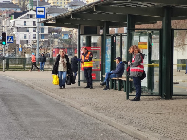 Pracownicy liczący pasażerów pracują w godzinach porannego i popołudniowego szczytu na pętlach i wybranych przystankach autobusowych i tramwajowych.