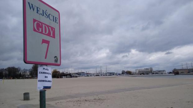 W Gdyni o zamknięciu plaż informują takie komunikaty, a nie taśmy.