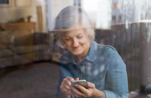 """Aby poprosić o pomoc w aplikacji """"Zakupy SMS dla seniora"""", nie trzeba będzie nic instalować, nic """"klikać"""" - wystarczy znać numer telefonu i wysłać wiadomość."""