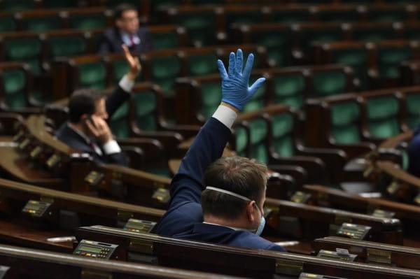 Wybory prezydenckie odbędą się w maju i zostaną przeprowadzone wyłącznie drogą korespondencyjną. Tak głosami Zjednoczonej Prawicy zdecydował Sejm.