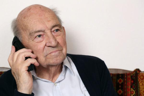 Seniorzy najczęściej padają ofiarami oszustów. Policja apeluje o to, by byli czujni i nie zgadzali się na propozycje składane przez telefon przez obcych.