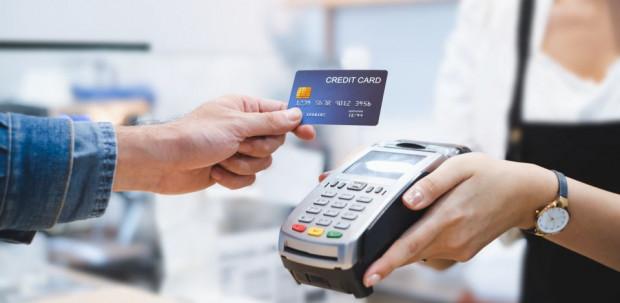 Kartą zapłacimy bezdotykowo w coraz większej liczbie małych sklepów i punktów usługowych.