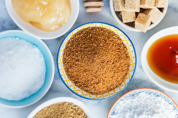 """Czy istnieją zdrowe zamienniki cukru, a może to jedynie mit? Wyjaśniamy to w kolejnym tekście z cyklu """"Okiem dietetyka""""."""