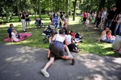 Parkowanie to impreza dla wszystkich - nie zabrakło więc całych rodzin piknikujących na trawie Parku Oliwskiego.