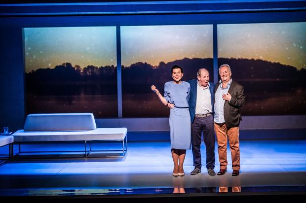 """Nagranie spektaklu """"Letnie osy kąsają nawet w listopadzie"""", wyreżyserowanego przez Wojciecha Urbańskiego, będzie można zobaczyć w sobotę, 25 kwietnia."""