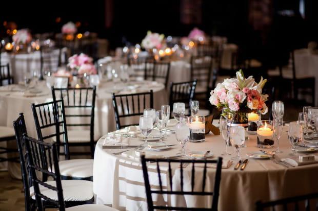 Znalezienie nowych terminów na zorganizowanie uroczystości ślubnych i wesela w kolejnych miesiącach może być problematyczne.