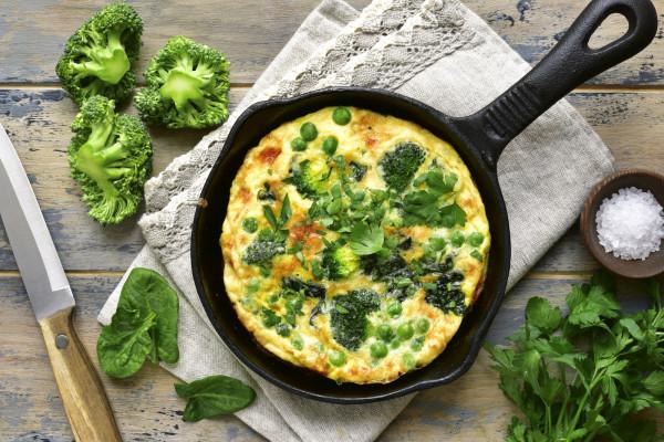 Warto próbować różnych przepisów, form i połączeń z przyprawami. Na zdjęciu: omlet z zielonymi warzywami.