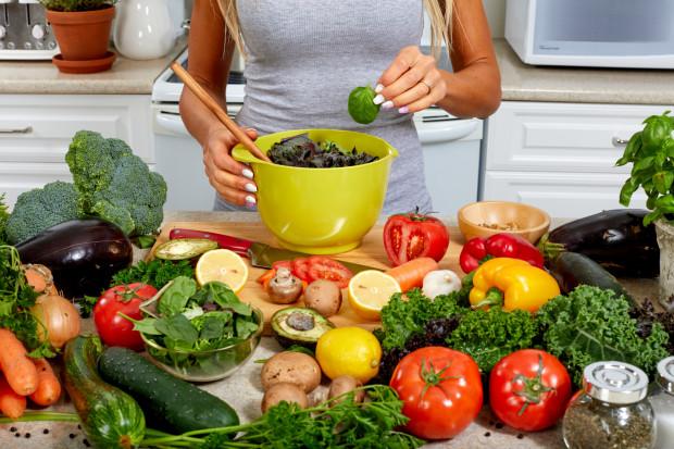 Ważne, aby nie wrzucać wszystkich warzyw do jednego worka i znaleźć kilka ulubionych. Najlepiej, aby były to warzywa w różnych kolorach z uwagi na różnorodność składników odżywczych oraz możliwe do zjedzenia na różne sposoby, np. w formie zupy, pasty, kotletów, placuszków itp.