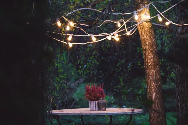 Oświetlenie zewnętrzne kreuje nastrój i pozwala cieszyć się tarasem lub balkonem do późnych godzin.