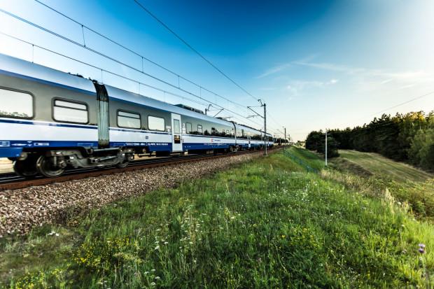 PKP Intercity przywraca połączenia kolejowe między miastami. Aby zachować reżim sanitarny w sprzedaży są bilety tylko na połowę miejsc siedzących, a składy są częściej myte i dezynfekowane.