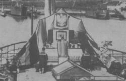 """Msza na pokładzie ORP """"Bałtyk"""" celebrowana przez ks. Miegonia."""