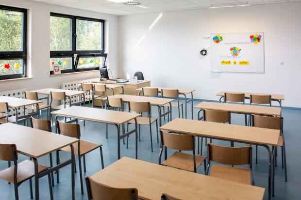 Zgodnie z obowiązującym na razie rozporządzeniem MEN do 24 maja szkoły pozostają zamknięte, a zajęcia odbywają się w systemie zdalnym.
